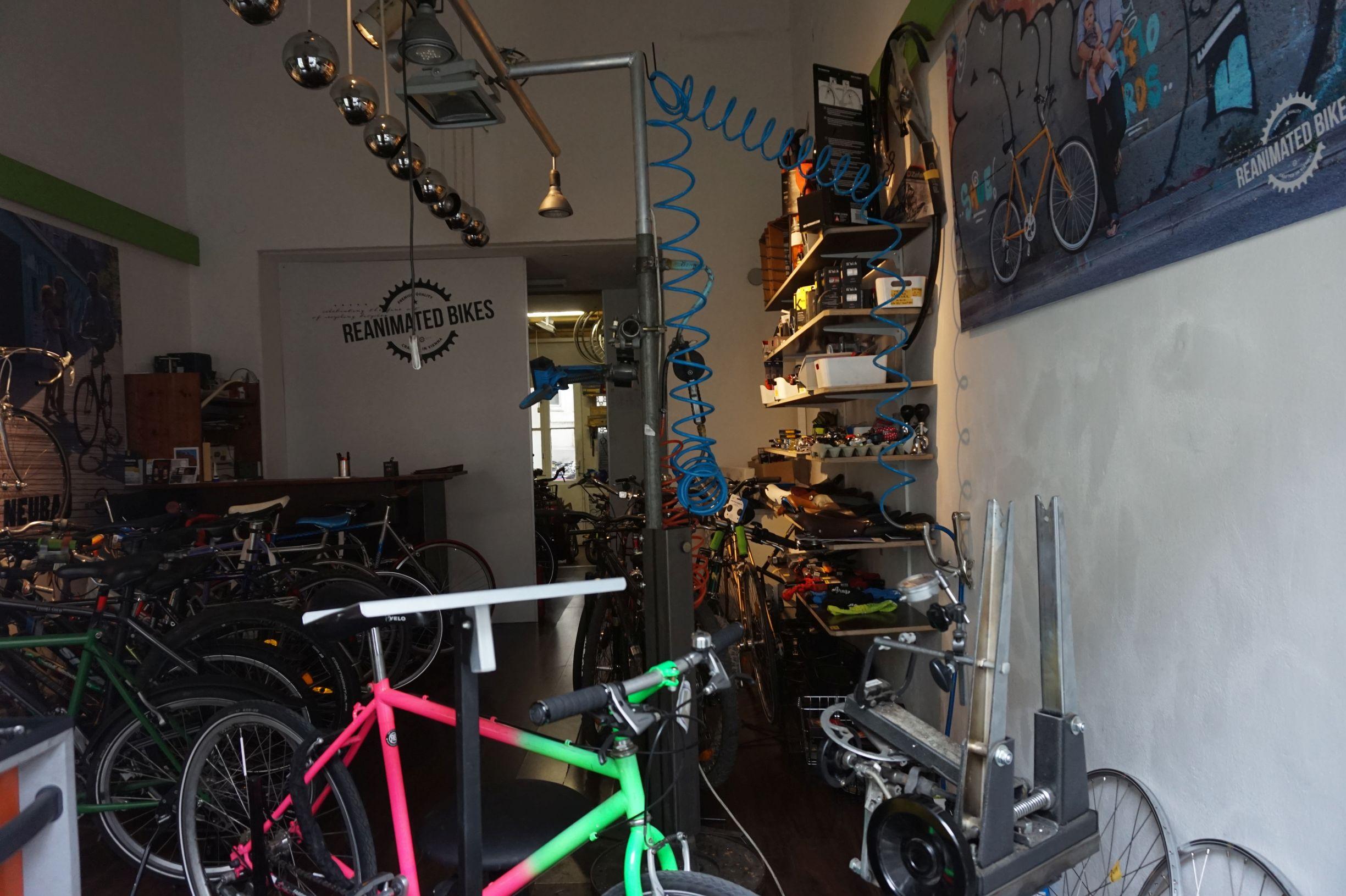 Fahrradwerkstatt mit Fahrradteilen