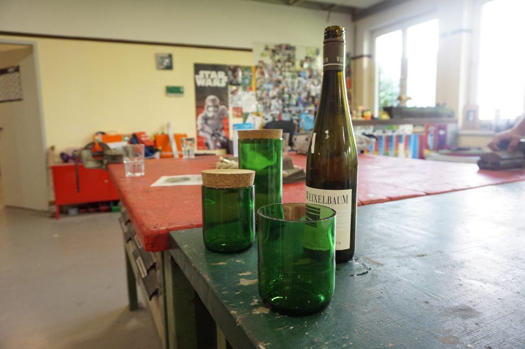 Gläser und Glasflasche
