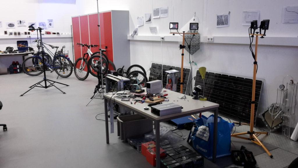Werkstatt mit Bauteilen und Fahrrädern