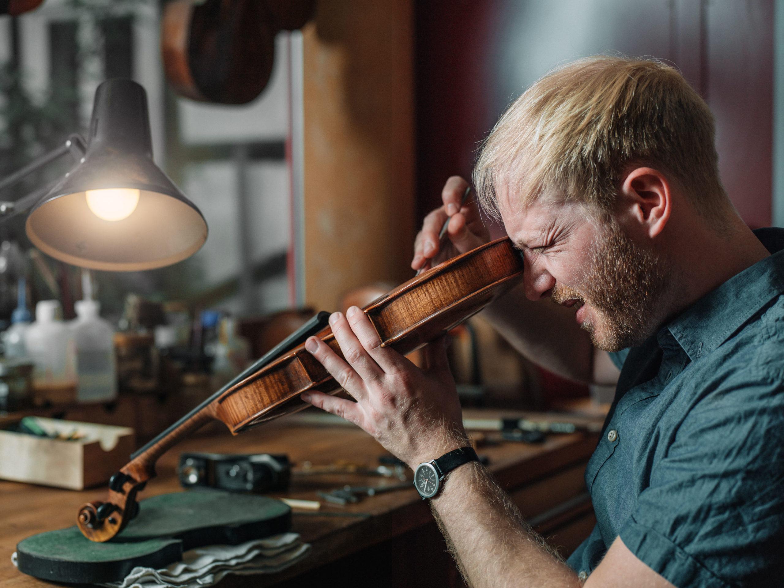 Geigenbauer Lukas Kehnen werkelt an einer Geige