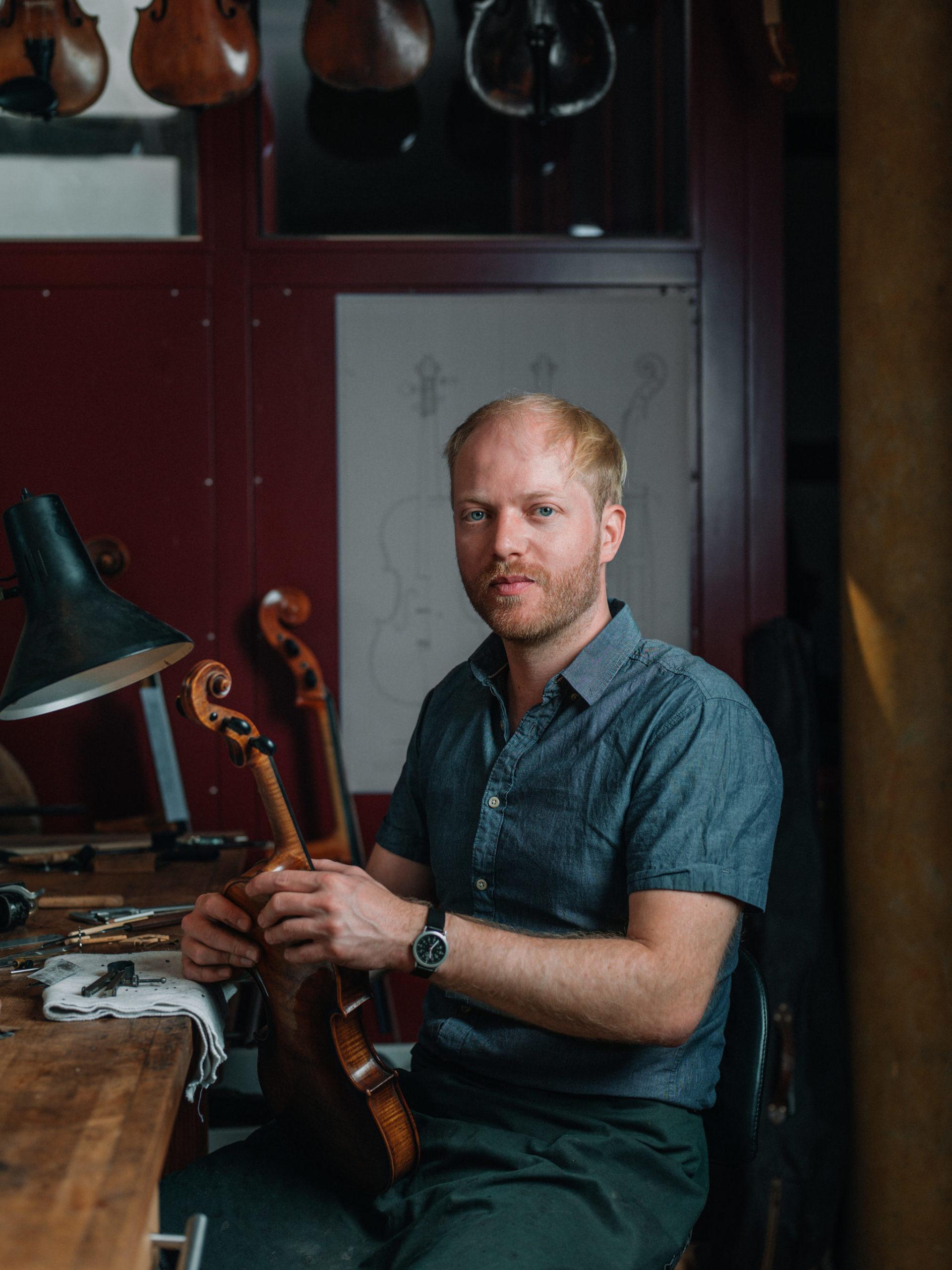 Geigenbauer Lukas Kehnen in seiner Werkstatt